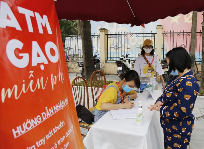 Người đến nhận gạo phải đeo khẩu trang, rửa tay sát trùng, đăng ký thông tin
