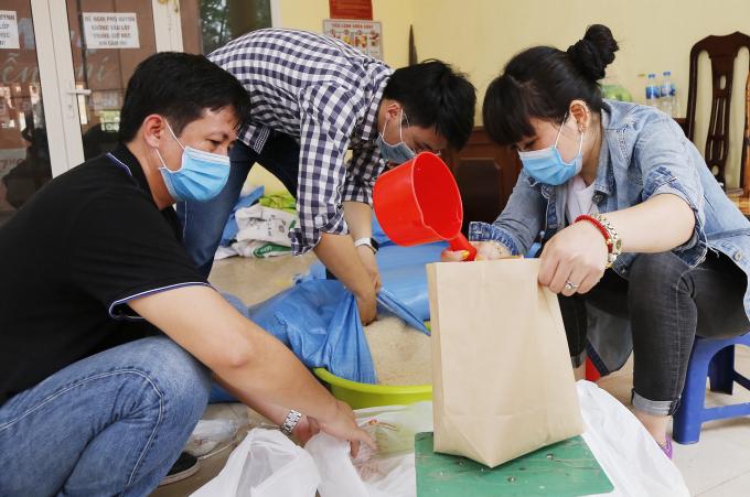 Đội tình nguyện còn chuẩn bị sẵn những túi gạo phát trực tiếp phòng trường hợp người để sử dụng máy quá đông