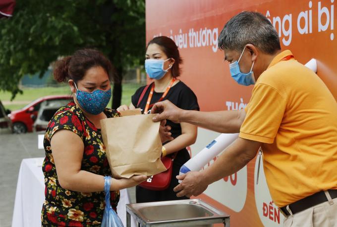 Ông Nguyễn Mạnh Hùng, đại diện đơn vị tài trợ cây ATM gạo cũng có mặt hỗ trợ người nhận gạo