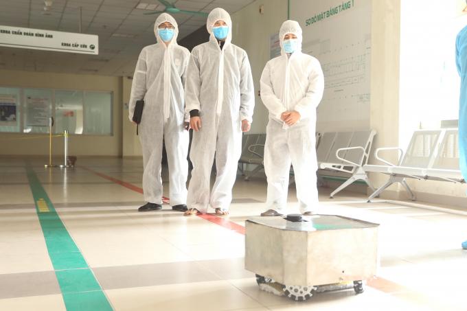 Con robot lau sàn khử khuẩn Made in Vietnam đã được đưa vào thử nghiệm ở Bệnh viện nhiệt đới Trung ương cơ sở Đông Anh