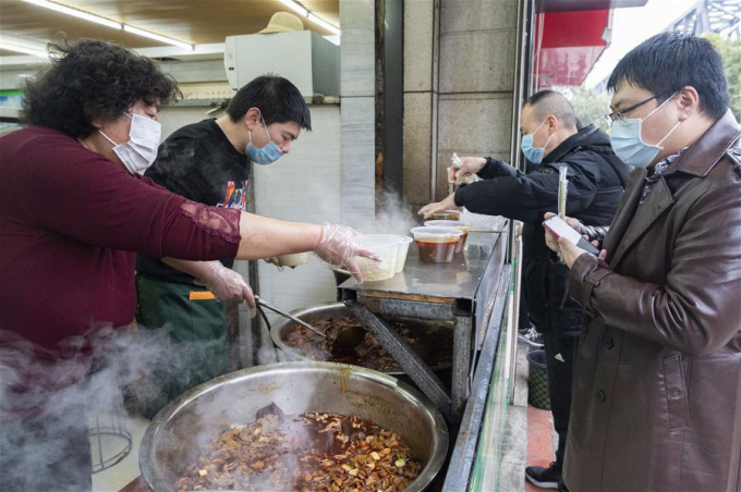 Người Trung Quốc đang dần trở lại cuộc sống bình thường sau phong toả