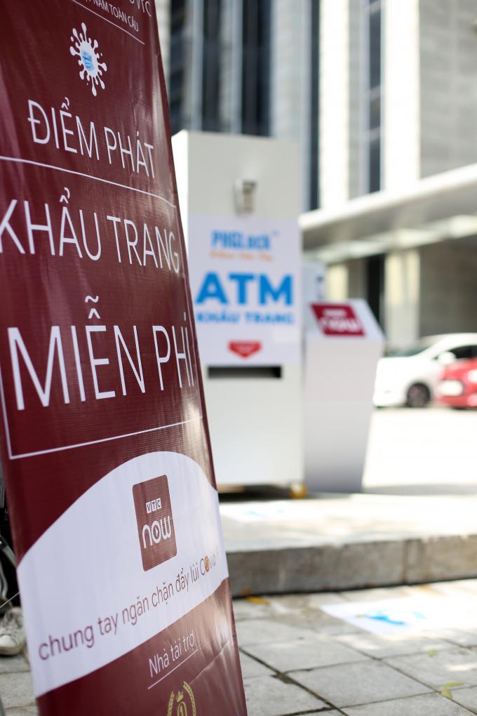 Máy ATM khẩu trang đặt trước cửa tòa nhà VTC, số 23 Lạc Trung