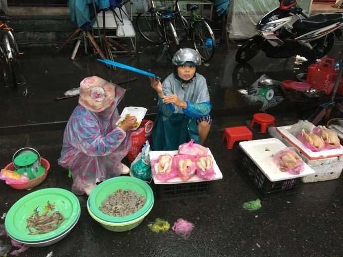 Ngày 8/10, cơn mưa đợt đầu vừa ngớt. Chợ Hội An vẫn người bán người mua đông đúc như thường lệ, ở một vài góc trong phố cồ, quán xá, cửa hàng đã lác đác ngó nghiêng.