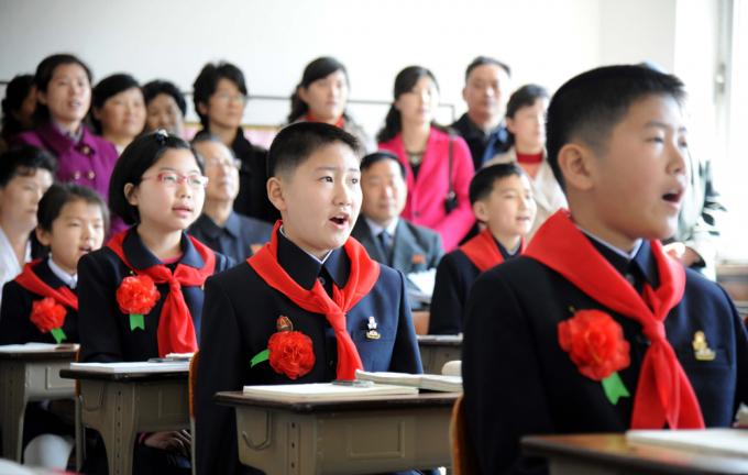 Học sinh Triều Tiên đến trường với khăn quàng đỏ
