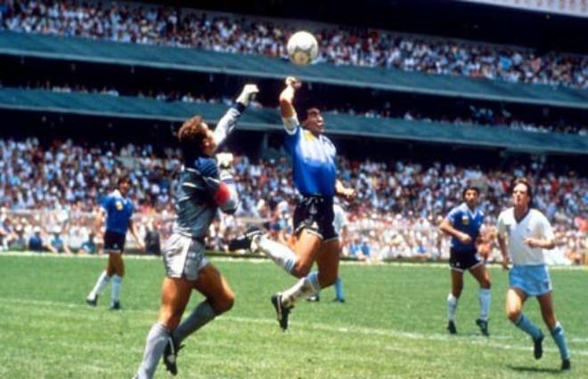 Khoảnh khắc Maradona ghi bàn với