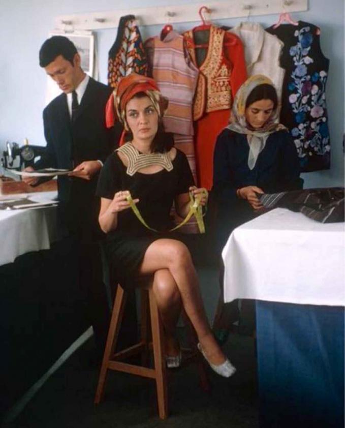 Nhà thiết kế Safia Tarzi - người tiên phong kết hợp khăn trùm đầu và váy ngắn thập niên 60-70