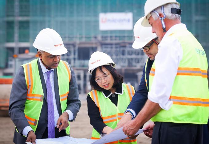 TS. Lê Mai Lan, GS. Rohit Verma cùng các Giáo sư Cornell trên công trường xây dựng trao đổi về tiến độ xây ký túc xá và khu labs trong khuôn viên Đại học VinUni.