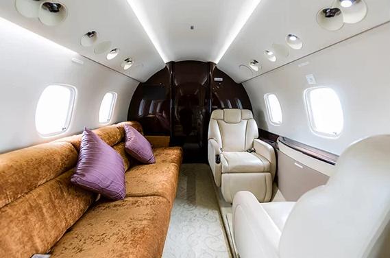 Trong chuyến bay, khách hàng có thể đặt trước bữa ăn với thực đơn từ bếp của các khách sạn 5 sao, bố trí bàn ký kết hợp đồng kinh doanh, hoặc thư giãn, giải trí qua hệ thống màn hình TV. Ngoài ra, trên máy bay còn có cả Wi-Fi tốc độ cao, đáp ứng mọi nhu cầu giải trí của khách hàng.