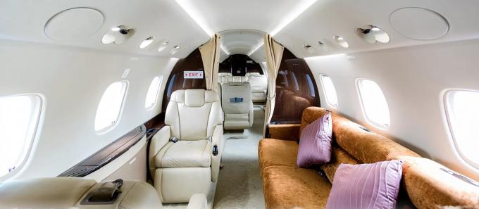 Cả Embraer Legacy 600 và Legacy 650 đều có sức chứa tối đa 13 người, bố trí cabin tương tự với hệ thống ghế ngồi có thể ngả nằm, chuyển cabin thành buồng ngủ. Cách mỗi khoang trang bị rèm cửa, tạo sự riêng tư, thoải mái tối đa cho khách hàng.
