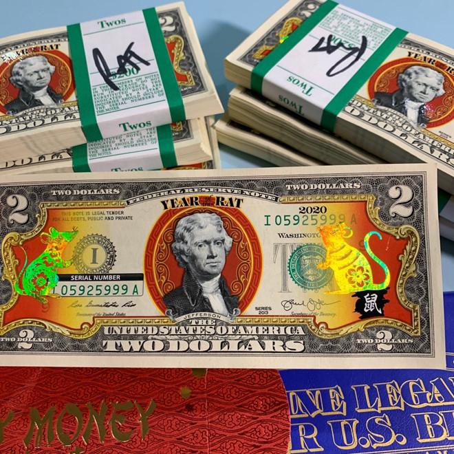 Tờ 2 USD hình chuột mạ vàng giá 300.000 đồng vẫn hút khách