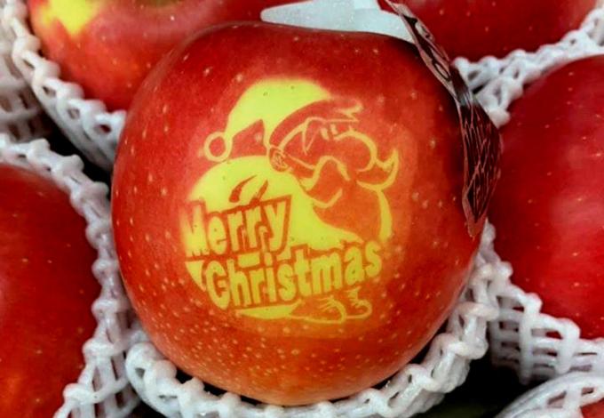 Nửa triệu đồng một trái táo Giáng Sinh vẫn hút khách
