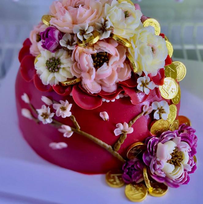 Bánh hũ vàng trang trí hoa bằng kem bơ.