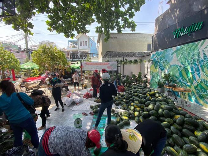 Người dân TP.HCM xếp hàng mua giải cứu nông sản