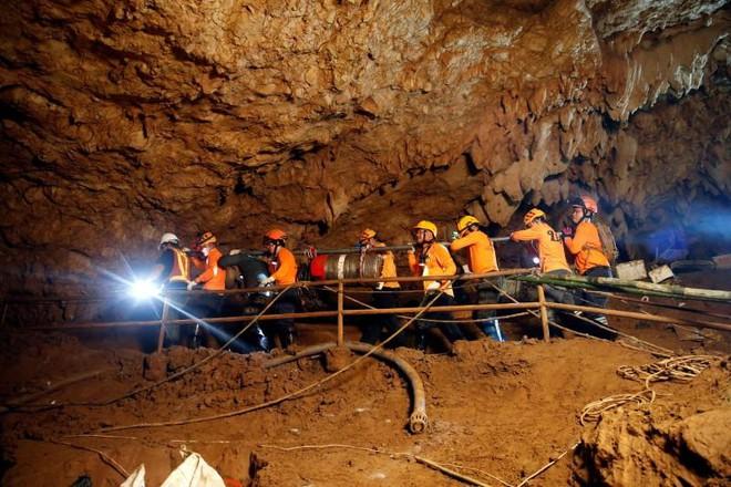 Khách du lịch chờđợi được vào xem hang Tham Luan (ảnh:Reuters)