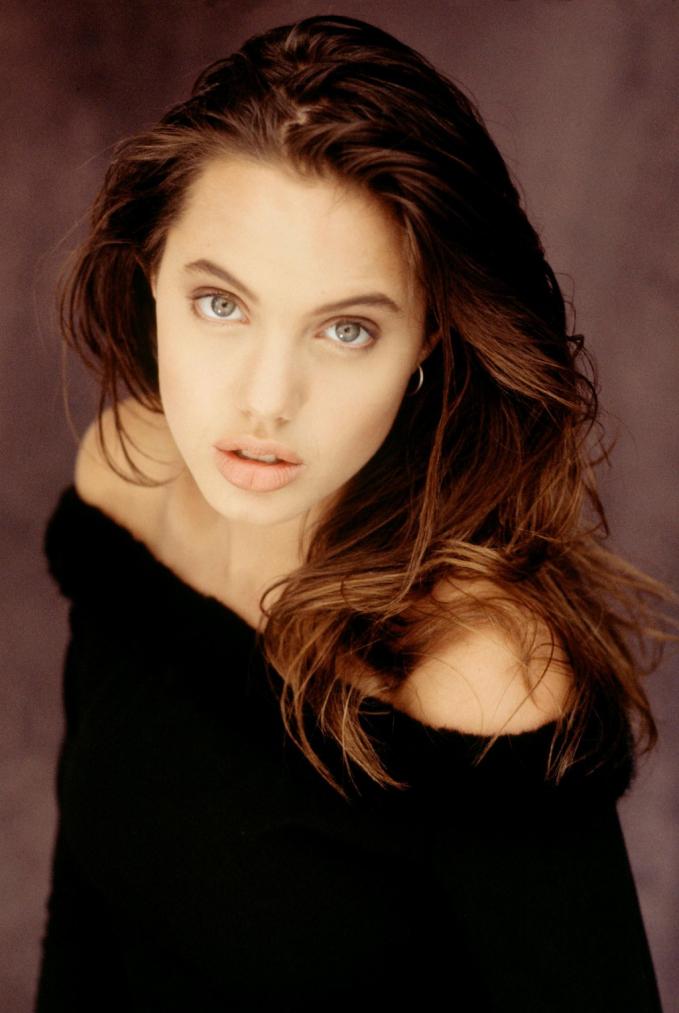 Nhan sắc 'ngọc nữ' Holloywood từ năm 11 tuổi của Angelina Jolie