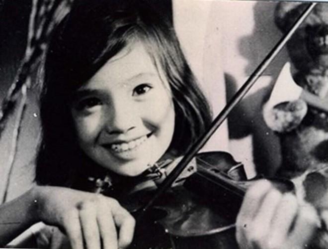 """Năm 1973, NSND Lan Hương đóng """"Em bé Hà Nội"""" và từ đó trở đi đây đã thành tiềm thức của rất nhiều khán giả xem truyền hình. Đôi mắt to, gương mặt tròn trịa đáng yêu, Lan Hương thời điểm đó là nữ nghệ sỹđược rất nhiều người yêu thích."""