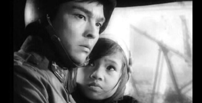 NSND Lan Hương thuở bé có đôi mắt to, gương mặt tròn trịa đáng yêu cùng diễn xuất chân thật.