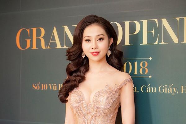 Kinh doanh trong lĩnh vực thẩm mỹ, nhan sắc của Nguyễn Hoài Thương cũng rất xinh đẹp quyến rũ.