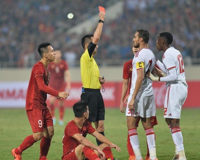 Thẻ đỏ khiến đội UAE mất đi một cầu thủ trên sân.