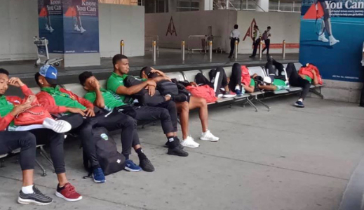 Các cầu thủ U22 Timor-Leste ngán ngẩm khi phải chờ đợi ở sân bay dù có mặt từ rất sớm.