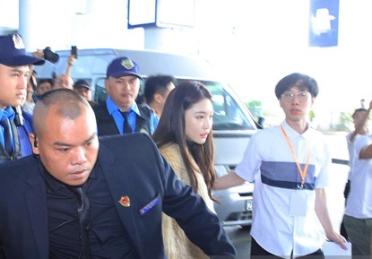 Nữ ca sĩ Chungha là ngôi sao đầu tiên xuất hiện tại sân bay Nội Bài.