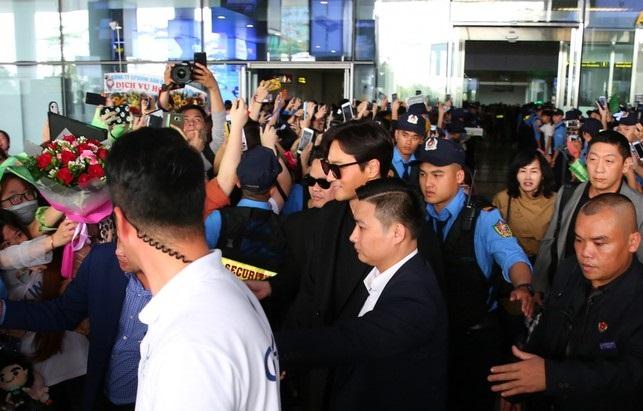 Nam tài tử Jang Dong Gun bị fan vây kín tại sân bay.