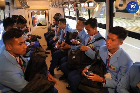Đội tuyển Myanmar ngồi trong chiếc xe chật hẹp đến khách sạn.