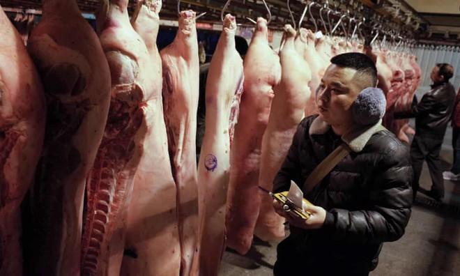 Hình ảnh tại một lò buôn thịt lợn. Ảnh: EPA.
