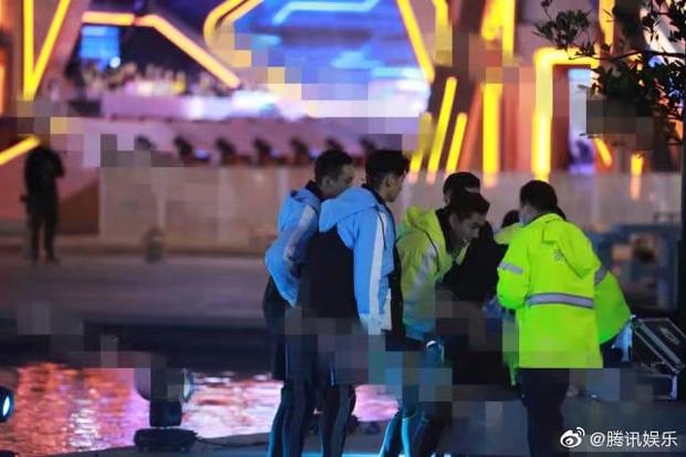 Dàn diễn viên tham gia rất lo lắng khi xe cấp cứu đến