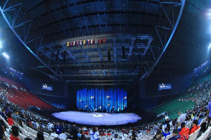 Bên trong nhà thi đấu Arena, khán đài được thiết kế theo hình bán nguyệt giống với nhà hát Hy Lạp thời cổ đại. Khu vực ghế ngồi được chia ra làm hai phần trên và dưới với khoảng 25.000 chỗ ngồi mỗi phần.