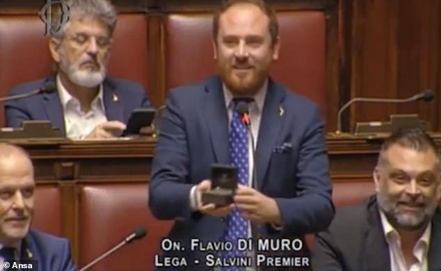 Anh Di Muro cầu hôn bạn gái tại Quốc hội. Ảnh cắt từ video