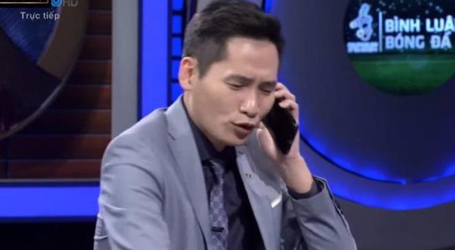 BTV Quốc Khánh bị ném đá khi  gọi điện cho Văn Lâm sang bắt SEA Games