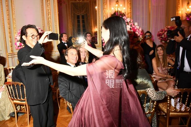 Lý Liên Kiệt còn tỏ ra rất nhanh nhẹn khi liên tiếp khiêu vũ và ghi lại hình ảnh của con gái trong dạ hội.
