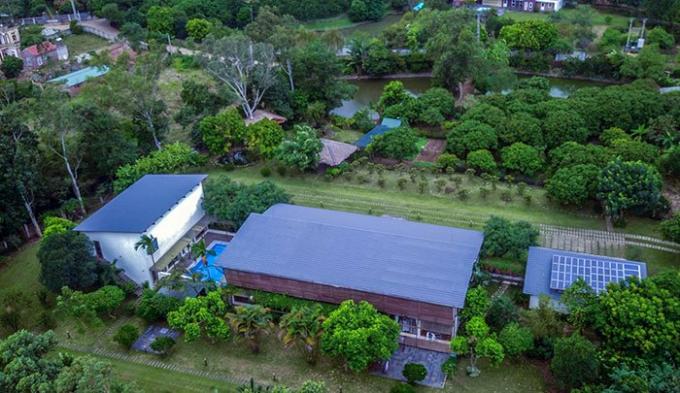 Khuôn viên vườn nằm trong công trình biệt thự của gia đình ca sĩ Mỹ Linh, thuộc địa bàn huyện Sóc Sơn, Hà Nội.