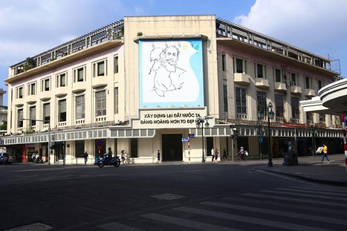 Tòa nhà đối diện cửa hàng bách hóa Grands Magasins cũng không có nhiều thay đổi.