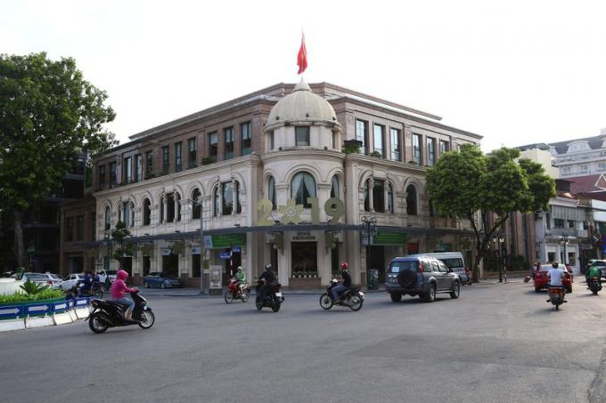 Tòa nhà Garage Boillot xây năm 1900 vẫn giữ được nhiều nét xưa cũ.