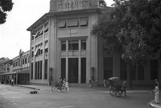 Ngân hàng Pháp - Hoa nằm bên ngã tư Rue Paul Bert - Henri Rivie. Tòa nhà này ngày nay thuộc Bộ Công thương nay vẫn còn giữ nguyên vẹn kiến trúc.