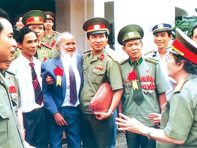 Anh hùng Núp thăm Viện Bảo tàng Quân đội năm 1999. (Ảnh: CAND)