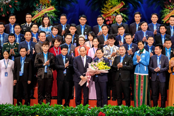 Thủ tướng Nguyễn Xuân Phúc tặng hoa chúc mừng Ủy ban Trung ương Hội Liên hiệp thanh niên Việt Nam khóa VIII - Ảnh: NAM TRẦN
