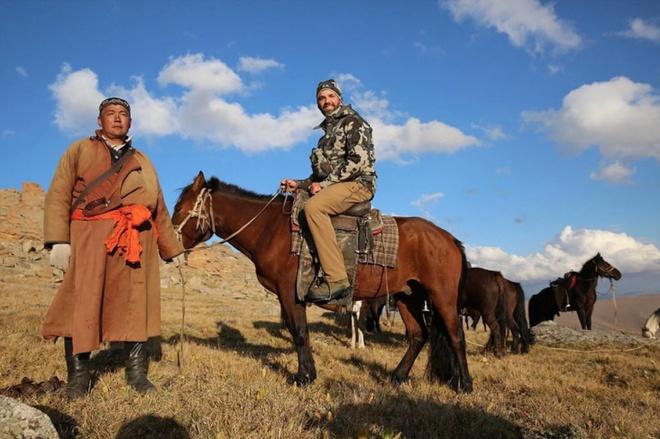 Donald Trump Jr. cưỡi ngựa ở vùng quê Mông Cổ trong chuyến đi săn vào mùa hè này.