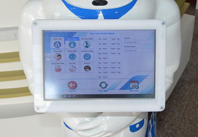 Phía trước ngực robot có bảng điện tử, tra cứu danh mục viện phí, đặt lịch hẹn khám bệnh... Ảnh: Hồng Quân.