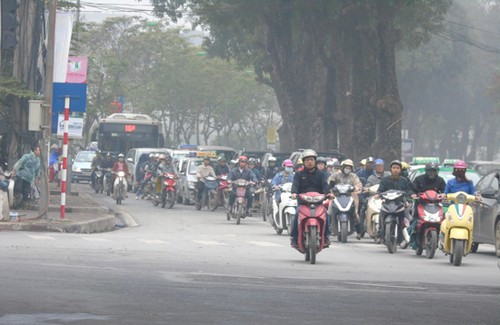 Nhiều tuyến đường ở Hà Nội bụi mù mịt.