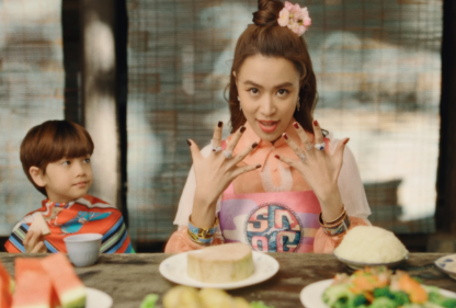 Hình ảnh mẹ con bé Sa cũng được Hoàng Thùy Linh đưa vào MV.