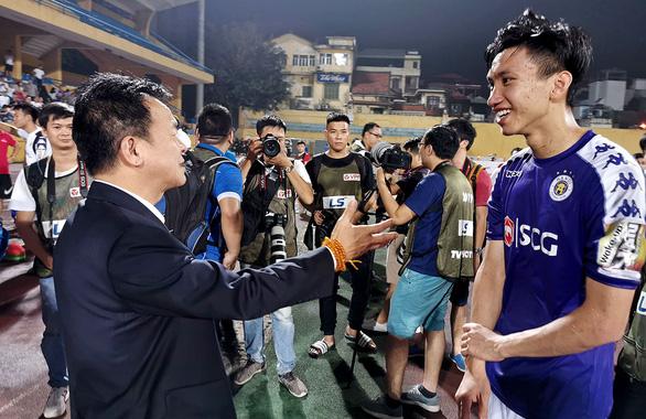 Bầu Hiển trò chuyện cùng Văn Hậu sau một trận đấu ở V-League 2019
