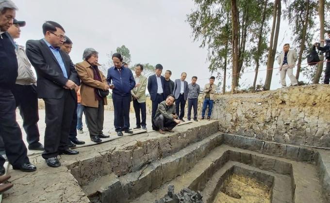 Các nhà nghiên cứu thực địa bãi cọc được phát hiện ở cánh đồng xã Cao Quỳ (Hải Phòng). Ảnh: Nguyễn Dương.