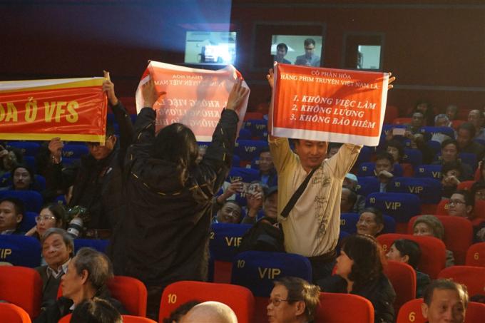 Nghệ sĩ Hãng phim truyện Việt Nam giăng khẩu hiệu đòi giải quyết cổ phần hóa