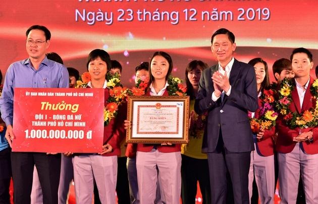 Đại diện UBND TP.HCM trao thưởng bằng khen cùng mộttỷ đồng cho đội tuyển nữ TP.HCM.