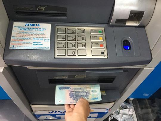 Giáo viên phải đi hàng chục km để rút tiền lương vì không có cây ATM.