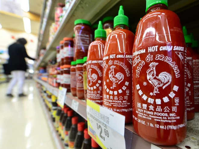 Tương ớt Sriracha hiệu Huy Fong được bày bán rộng rãi.