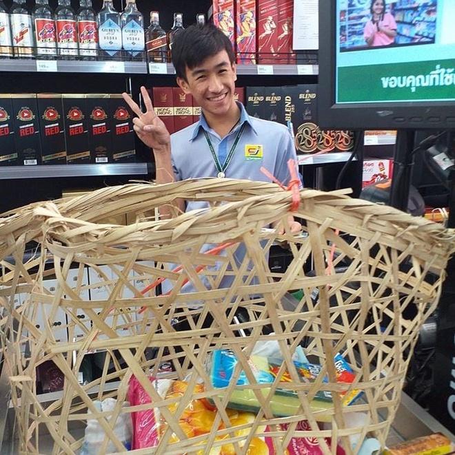 Cấm sử dụng túi nylon, người dân Thái Lan dùng vali, xe kéo, sọt rác... đi mua đồ